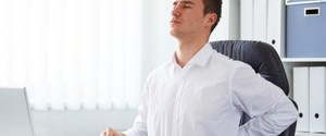 腰痛の原因になる座り方!正しい姿勢を維持するストレッチも紹介!